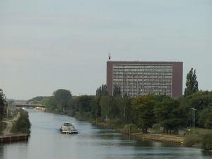 Premiere in Wolfsburg: an der ersten öffentlichen Schnell-Ladesäule mit CCS-Technologie lässt sich ein Elektroauto kostenlos aufladen.
