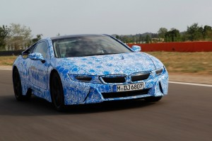 Der BMW i8 ist nicht nur ein Elektroauto, sondern auch ein Sportwagen, wie er im Buche steht. Sein Debüt feierte der Flitzer im Rahmen der bevorstehenden IAA.