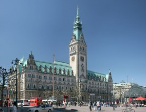 Neue Idee für das Carsharing in Hamburg: der Autovermieter Starcar arbeitet fortan mit einem Tankstellenbetreiber zusammen.