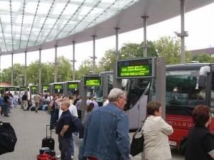 Droht dem Fernbus die Maut? Zumindest nach Ansicht der Deutschen Bahn wird die Busverkehr derzeit von der Politik bevorzugt.